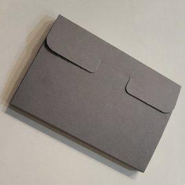 """מארז 4 כיסים, נייר קרפט צרפתי מחוספס גוון אפור , משקל 325 גרם לגלויות 10X15 ס""""מ"""