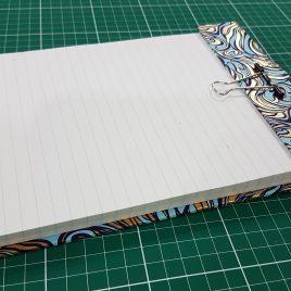 """קיט לוח כתיבה בכריכה קשה עם תופסן ועם 100 דפי שורה גודל 17X24 ס""""מ"""