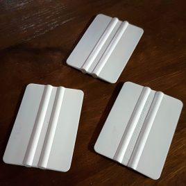 מגב להידוק הדבקות והוצאת בועות בהכנת עטיפות ומוצר נייר בכריכה קשה
