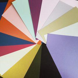 מארז נייר שימר (פנינה) 24 דפים, 12 גוונים שונים, 2 דפים כל גוון גודל  12X12 אינץ 250 גרם